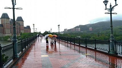 土砂降りのハウステンボス駅前