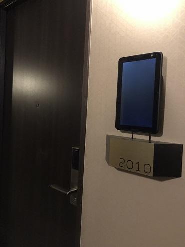変なホテルの部屋入り口タブレット端末