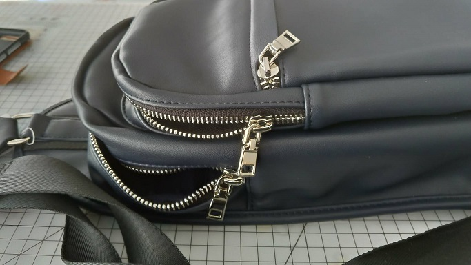 THE SHOP TKのバッグ、ファスナー部分