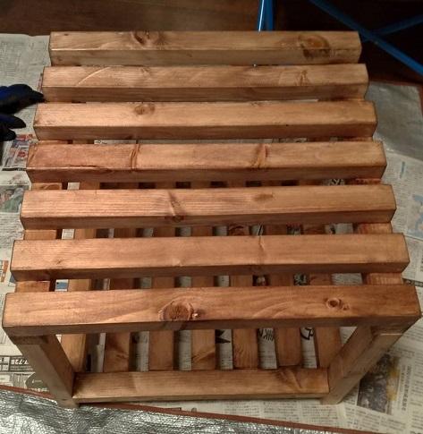 木製フレームの棚塗装1回目後