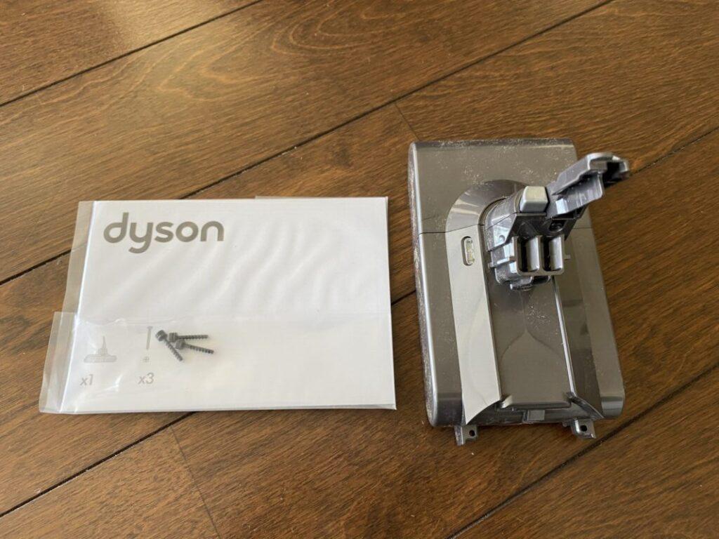 ダイソンの電池交換キット。ネジ3本と電池と説明書